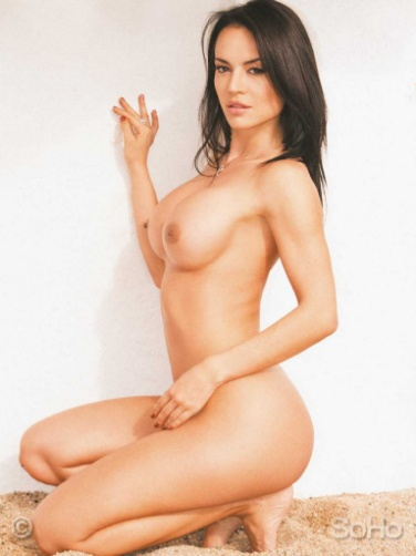 La actriz porno colombiana más famosa, de cuclillas deja ver todos sus atributos