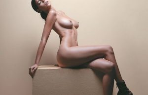 Isabella Obregon posa totalmente desnuda sentada y con rostro excitado