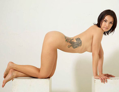 María Ozawa totalmente desnuda y en cuatro enseña su figura y tatuaje