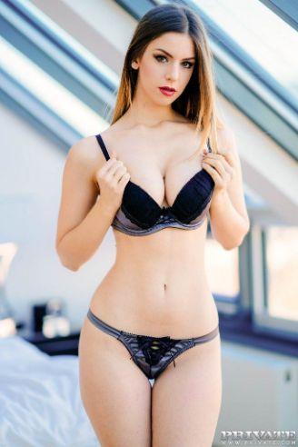 La espectacular Stella Cox en ropa interior luce magnífica, sexy y seductora
