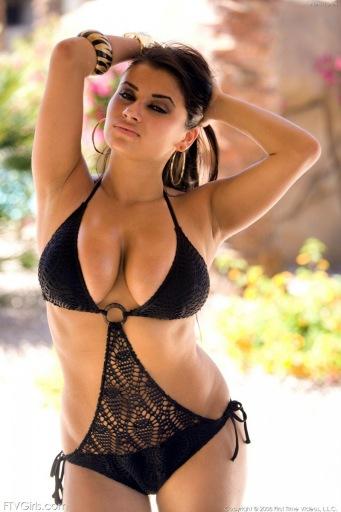 La sexy actriz porno árabe Alexa Loren enseña todo lo que tiene.