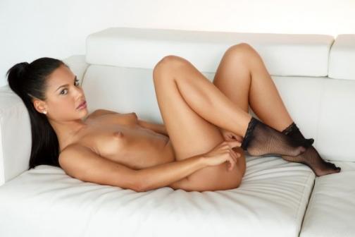 Muy sensual Apolonia Lapiedra acostada en un sofá completamente desnuda