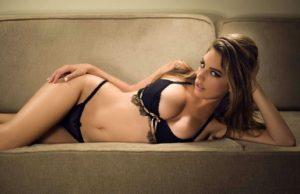 Jenna Haze, acostada como toda una diosa sobre un sofá vistiendo solo ropa interior negra