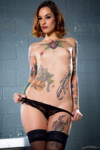 La actriz porno Barcelona con más tatuajes, Silvia Rubí, se exhibe y baja sus pantis.
