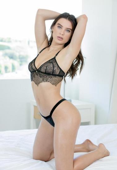 La número 1 de las actrices porno más guapas, Lana Rhoades. Enseña su inmejorable figura, hermosos ojos y piel impecable.