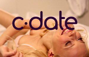 Logo de C-Date, de fondo rubia acostada feliz