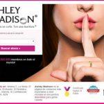 Logo de Ashley Madison opiniones. Chica de fondo imagen de la compañía.