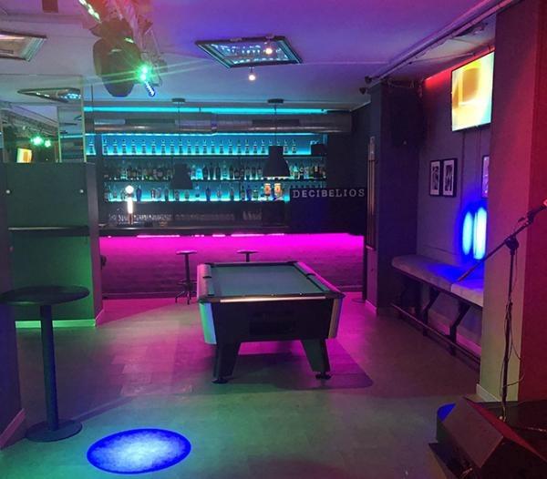 Karaoke Decibelios: área de billar